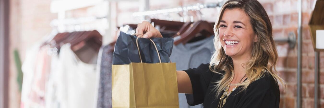 Retail employee showing a customer the stock on a Zebra device in\u002Dstore.