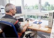 在办公桌前使用 ZebraLink 管理工具的人员