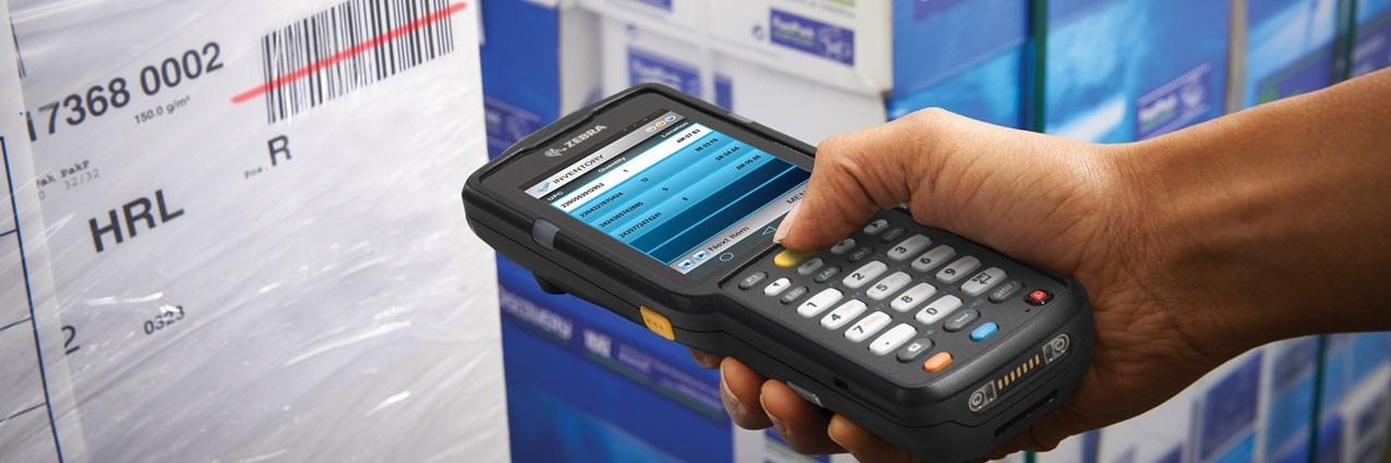 正在使用安装全触控式终端仿真的 Zebra MC3300 移动数据终端扫描条码的人员