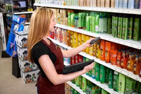 正在零售商店扫描商品的女士图像。