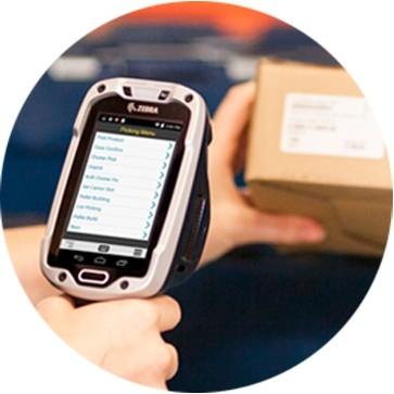 Trabajador de almacén que escanea un inventario de selección de piezas con TC8000