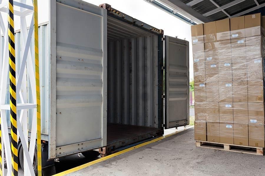 Boîtes attendant d\x26#39;être chargées dans un conteneur d\x26#39;expédition
