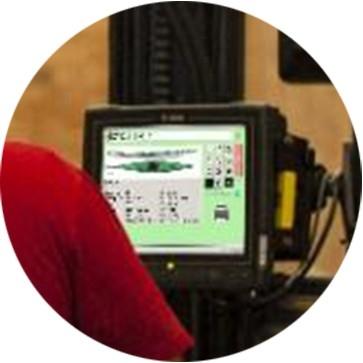 Un computer montato su veicolo indica la posizione di stoccaggio di un pallet