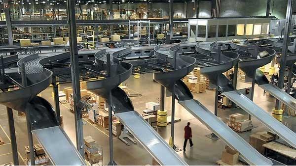rimorchi caricati presso un hangar