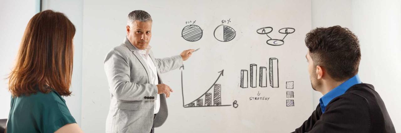 Dos empresarios escuchando una presentación estratégica