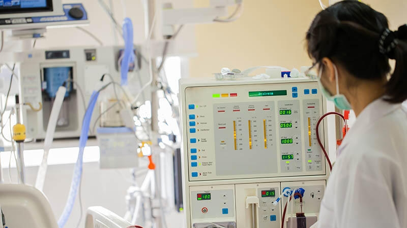 hospital staff communicating business intelligence and analytics using healthcare mobile devices