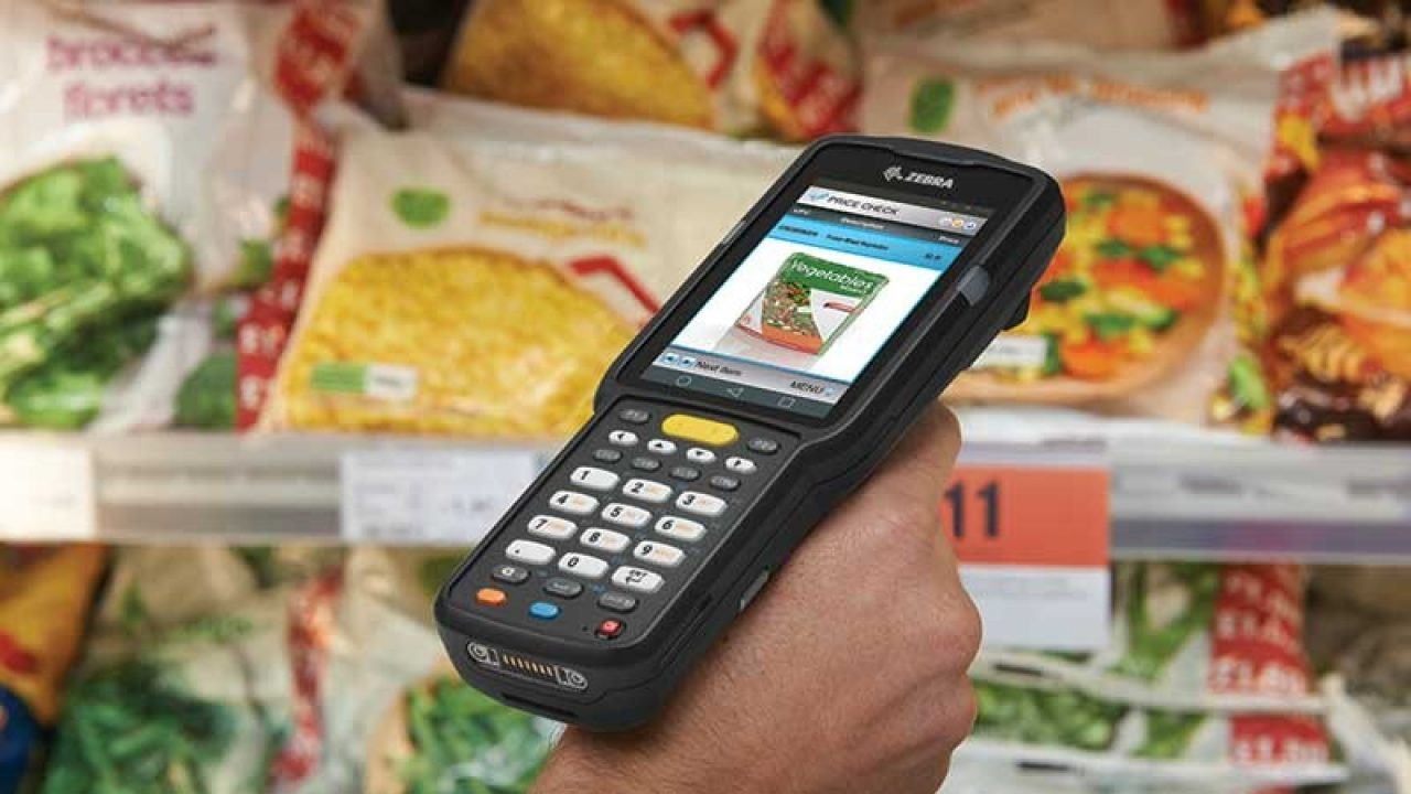 MC3300 scanning food in a store