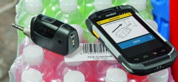 Człowiek przy użyciu urządzenia DX30 do przesyłania informacji DEX bez przewodu